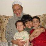 صورة له رحمه الله مع أحفاده